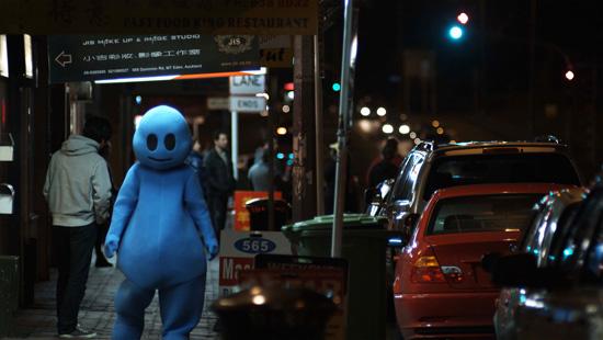 La metáfora del muñeco como símbolo de la inmigración en 'Blue', de Stephen Kang, provoca más bien risas no intencionadas