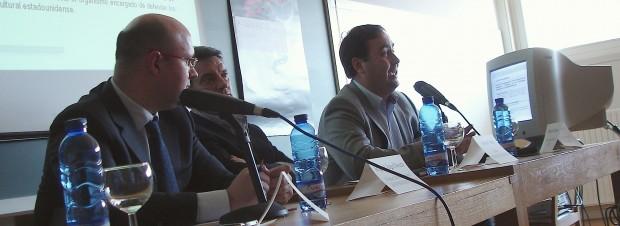 Miguel Ángel Bouza, profesor de derecho mercantil en la Universidad de Vigo; y Octavio Dapena, director de Antipiratería EGEDA, dirigiéndose al público. En el centro, Antonio Varela, director de Pórtico Audiovisual, que ejerció de moderador.