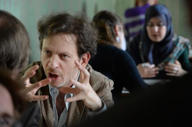 Emanuel Licha ('Mirages') discutindo de xeito apaixonado nunha Doc Station.