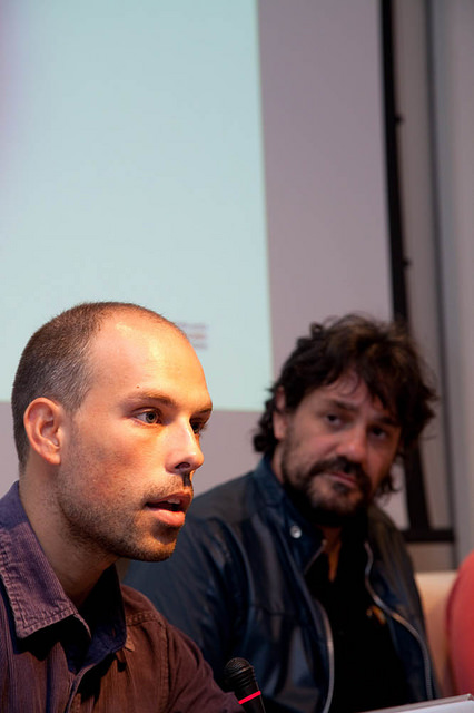 Domínguez Serén presentando os seus filmes no (S8) Mostra de Cinema Periférico. Ao fondo, o director do certame, Ángel Rueda. FOTO: MARÍA MESEGUER