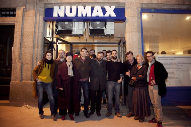 Aki Kaurismäki, acompañando a los impulsores del proyecto, en la fiesta de preapertura de NUMAX.