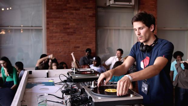 Félix de Givry, actor en 'Eden' y DJ, amenizó la noche lisboeta.