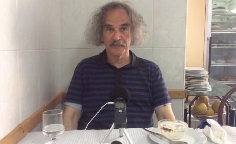 El autor, fotografiado al estilo de los planos de sus filmes en una taberna de Alfama (Lisboa).