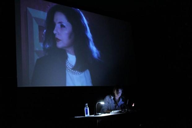 Ana Vaz comenta uma imagem da sua mãe em Brasiliários (Zuleica Porto e Sérgio Bazi, 1986) / Sacris Pulso (Ana Vaz, 2008) durante uma aula em NUMAX, Santiago de Compostela, 3 de Outubro de 2016.