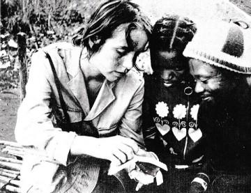 Rodaxe de I Vărt Land Börjar Kulorna Blomma (Na Nossa Terra as Balas Começam a Florir, Cabo Delgado, 1971, Lennart Malmer, Ingela Romare e Maria Romare). Revista Mozambique Revolution, Outubro - Decembro de 1971, nº 49.