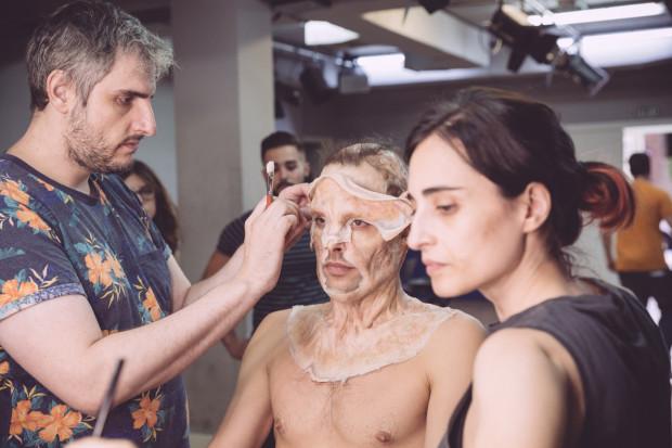 O actor Jon Kortajarena sendo maquillado por Óscar del Monte
